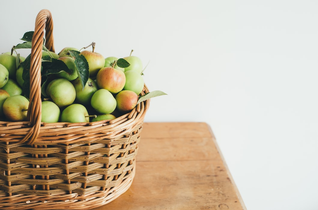 apples-in-basket-on-table